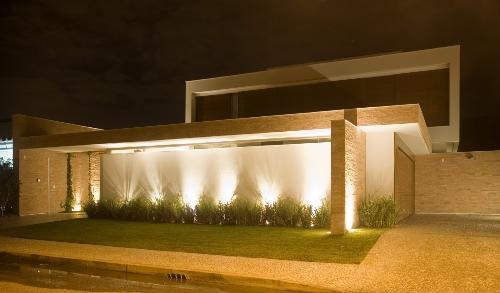 Muro com luzes e plantas