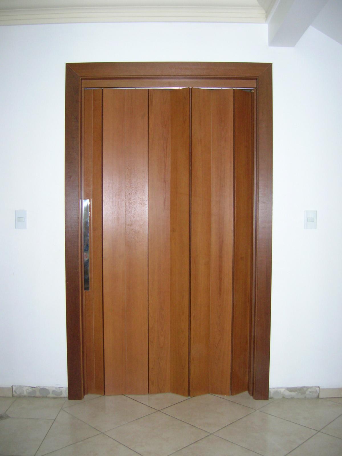 Porta sanfonada cor madeira