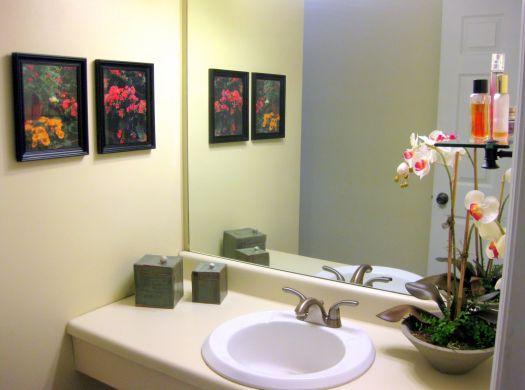 Quadros decorando o banheiro