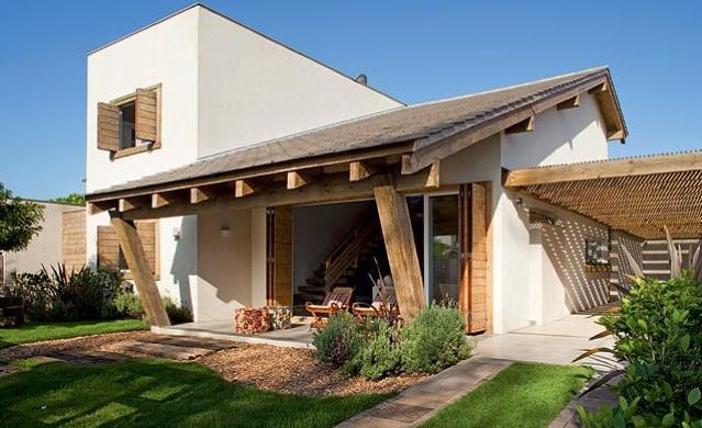 Fachada de casa simples com varanda