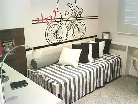 Quarto decorado com móveis compactos