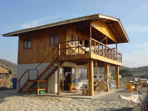 casa de praia de 2 pavimetnos com varanda em cima e em baixo