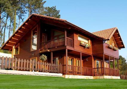 Casa grande com madeira