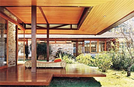 Fachada de casa com madeira