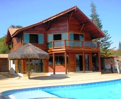 Fachada de casa usando madeira