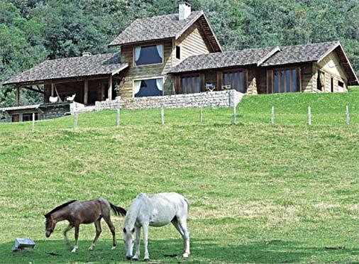Fazenda com casa de facahada de madeira