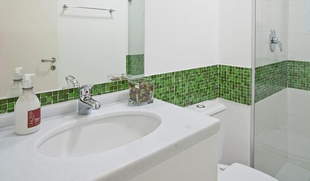 Banheiros decorados com pastilhas de vidro -> Banheiro Pequeno Decorado De Vermelho