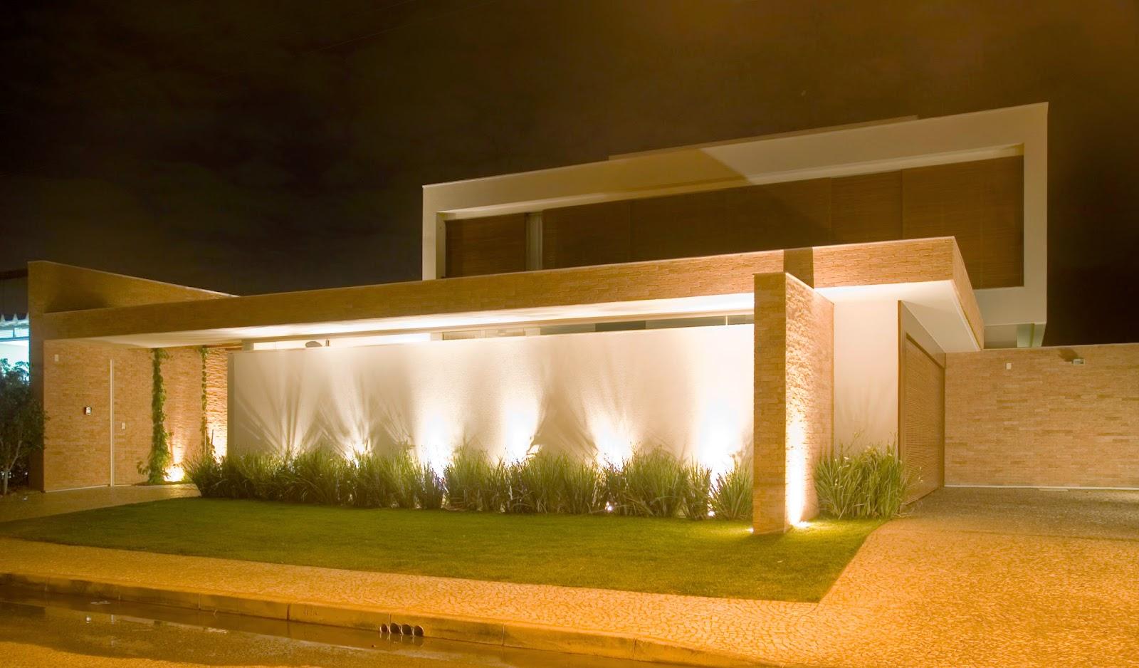 7 modelos de fachadas com jardim for Iluminar piso interior