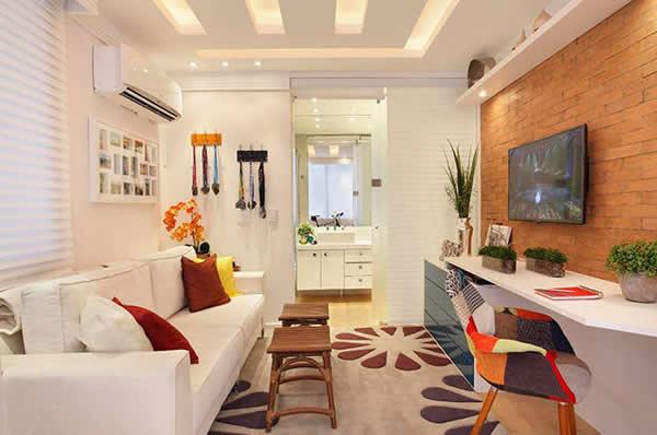modelo de sala clean, porém com a decoração voltada para os tons de