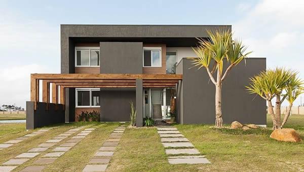A casa na cor escura é imponente e muito moderna