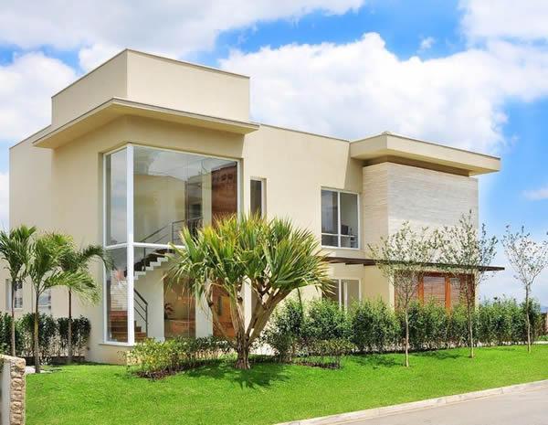 Uma casa com pé direito duplo, merece uma parede de vidro para apreciar a paisagem