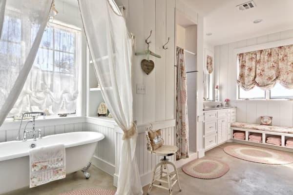 Banheiro com tapetes diversos de crochê