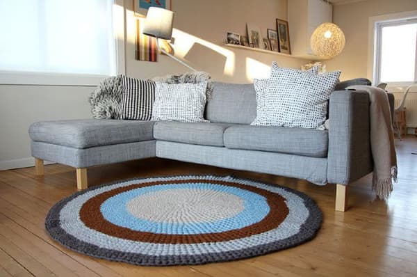 Tapete de crochê para sala nas cores cinza, azul e marrom