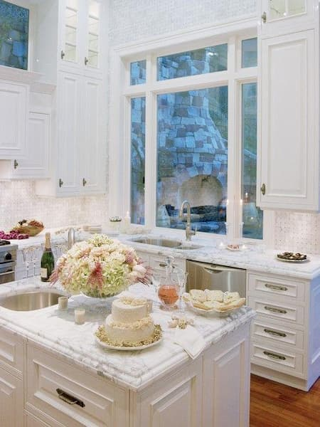 Bancada branca para uma cozinha clean