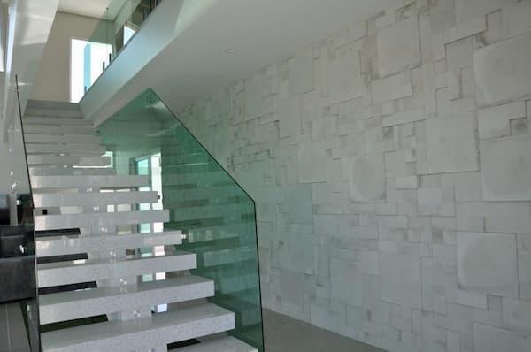O guarda corpo de vidro deu leveza à escada e combinou perfeitamente com o granito