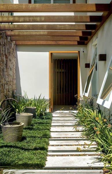 Placas de granito para compor a entrada dessa residência