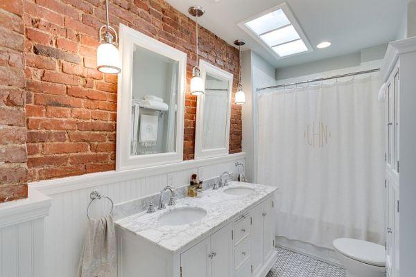 banheiro com tijolo de demolição