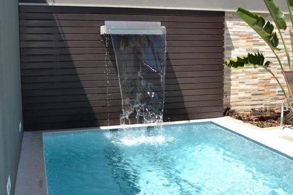 Cascatas para piscina 30 modelos para inspirar for Piscina con cascata