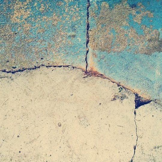 fissuras na parede de concreto