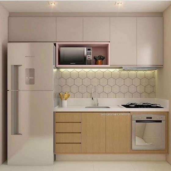 cozinha com móveis de madeira e revestimento na parede