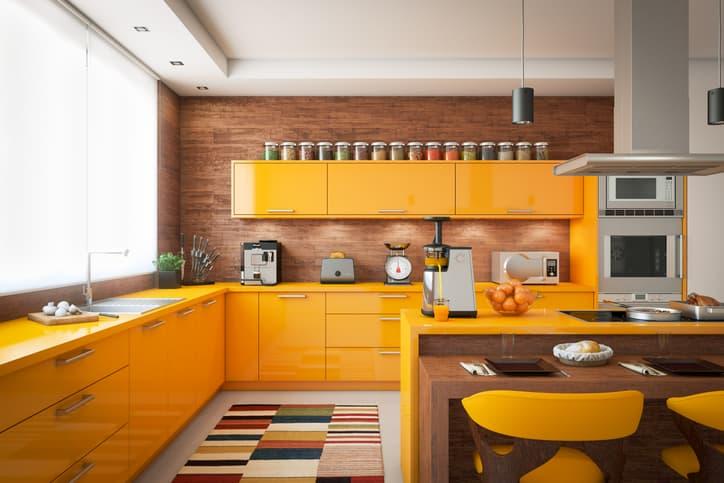 cozinha moderna com armários coloridos
