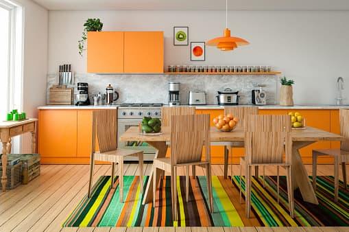 cozinha moderna com armarios e tapete colorido