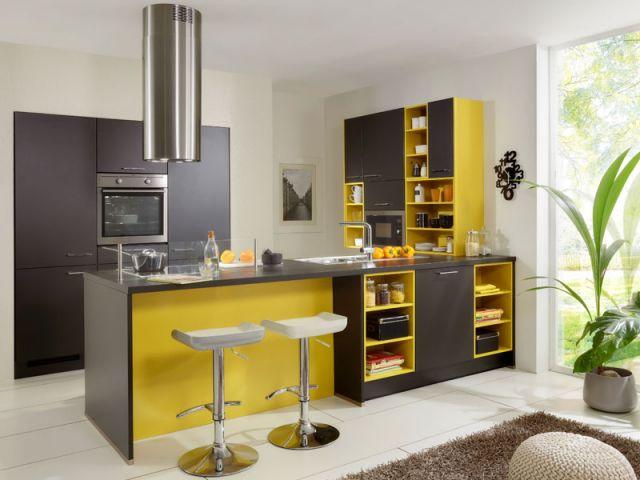 cozinha moderna com cores fortes no armario