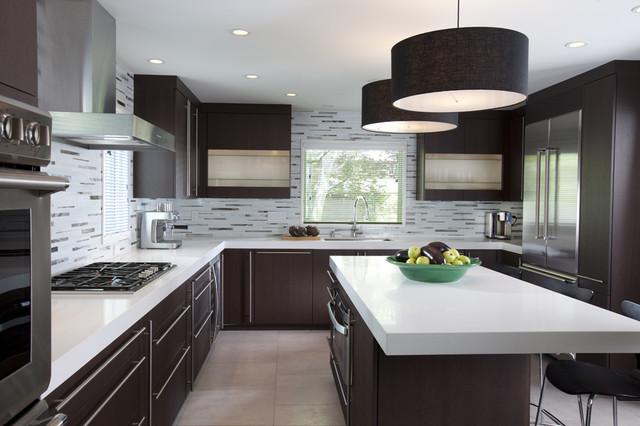 cozinha moderna com ilha grande marrom
