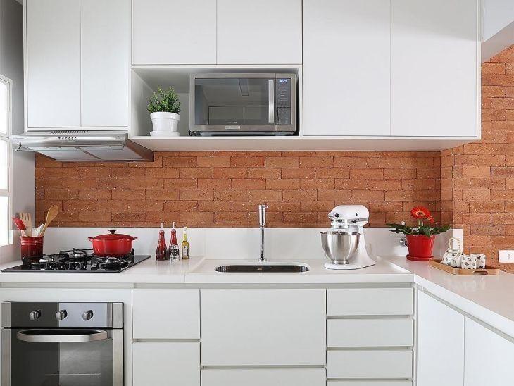 cozinha pequena com parede rústica