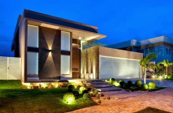 fachada para casa iluminada a noite