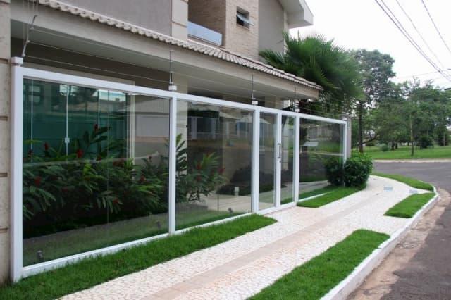 muro de vidro para casa com jardim