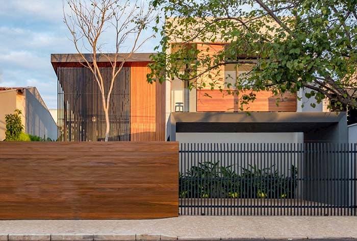 muros de casas de madeira com porta de ferro