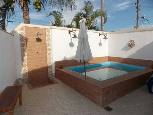 piscina pequena com ducha