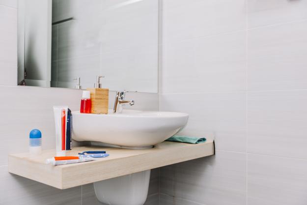 como assentar cerâmica em banheiro