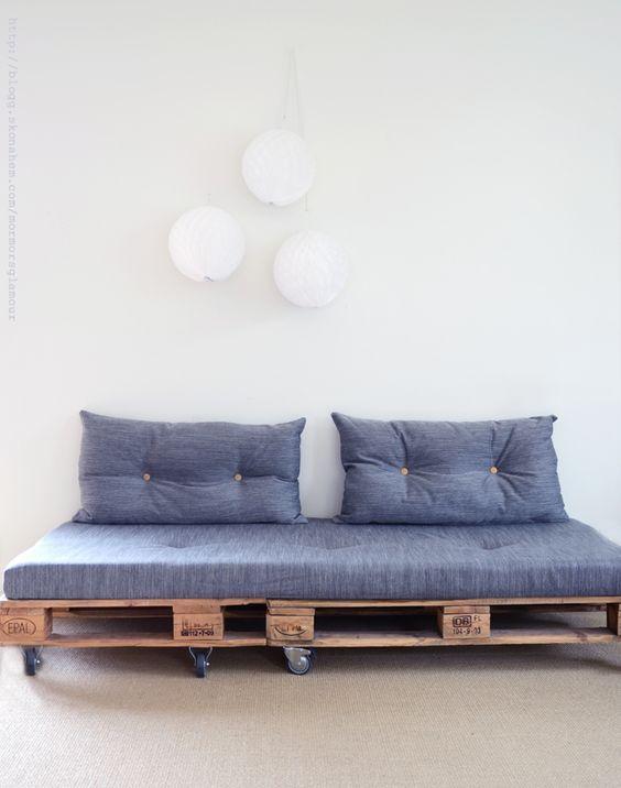 sofá de madeira com rodinha