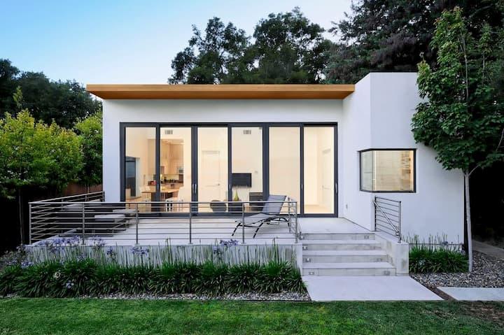 fachada de casa branca com vidros e estilo clean industrial