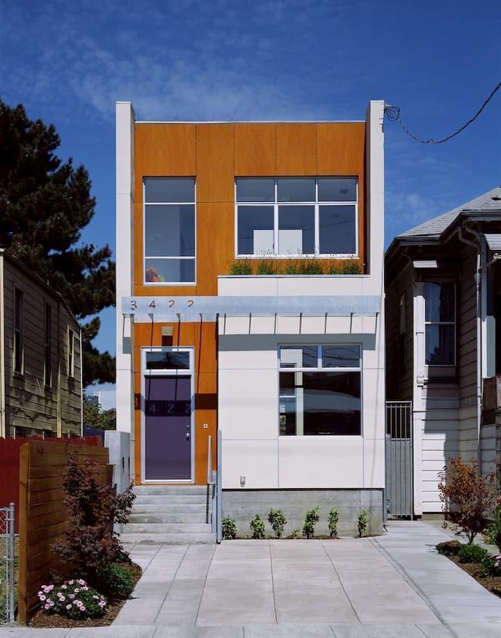 fachada de casa com placa de madeira e mini jardim
