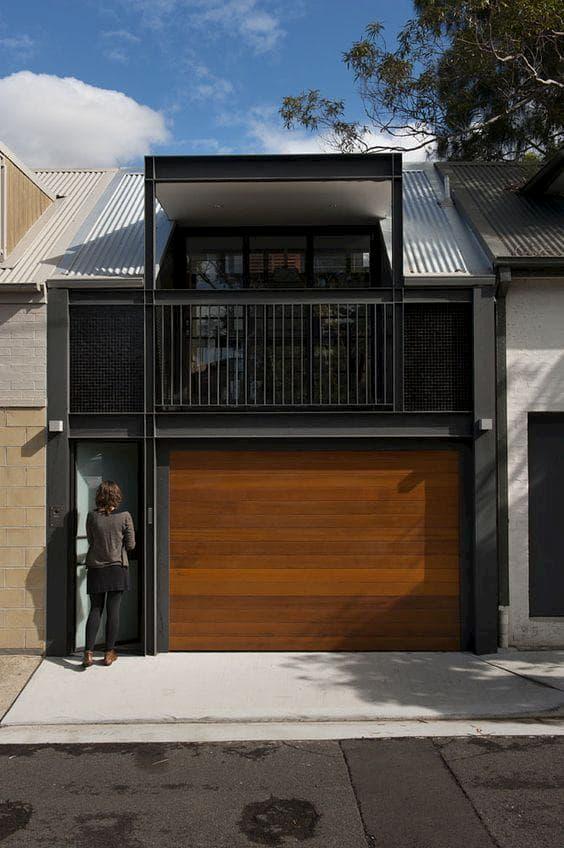 fachada de casa escura com madeira