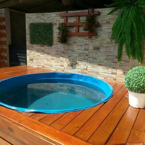 piscina em deck de madeira