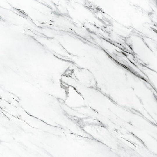 como colar pedra de mármore