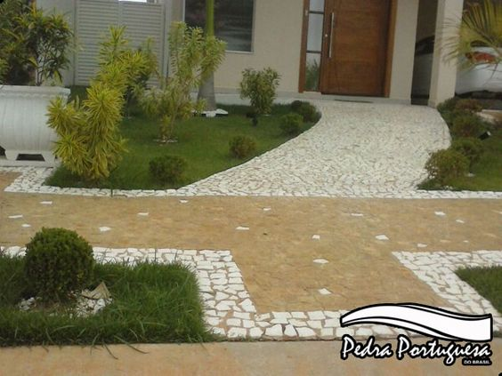 Calçadas de casas com pedras