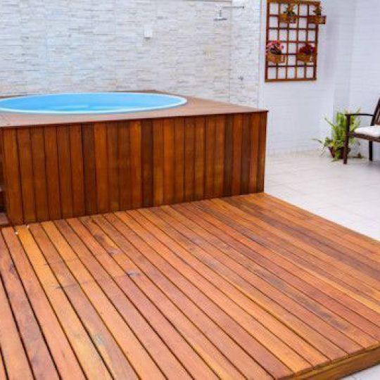Deck de madeira para piscina redonda